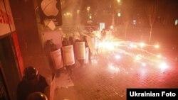В сторону милиционеров летят бутылки с зажигательной смесью. Киев, 18 февраля 2014 года.