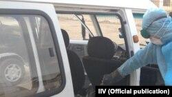 Қаршиде қоғамдық көлікке дезинфекция жасап жатқан адам. Қашқадария облысы, Өзбекстан, 17 наурыз 2020 жыл.