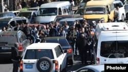 Оппозицияныны тарапташтары жолдорду торошту. Ереван. 16-апрель, 2018-жыл.