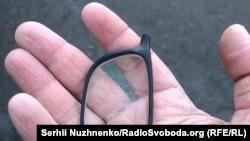 Розтрощені поліцейським окуляри журналіста Сергія Нужненка, Київ, 17 грудня 2019 року