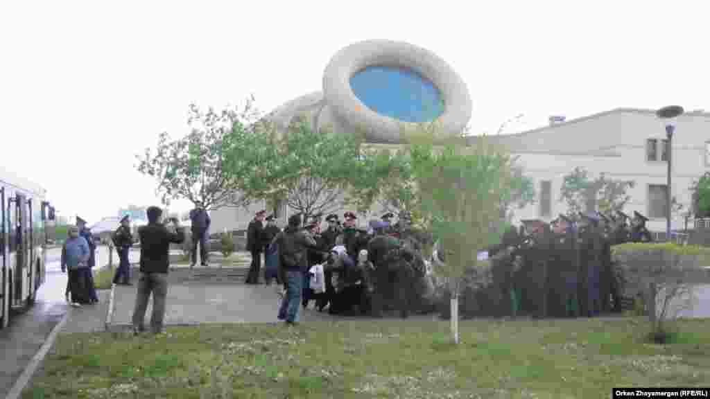 Полицейские задерживают оставшихся активистов движения «ипотечников». Астана, 22 мая 2013 года.