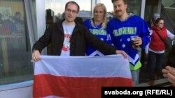 Віталь Мацукевіч (зьлева) cа славенскімі заўзятарамі
