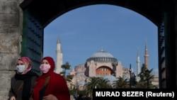 Dy gra me maska mbrojtëse në Stamboll.