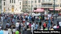 Pamje nga protesta në Sarajevë muajin qershor lidhur me mungesën e legjislacionit për numrin e indentifikimit të foshnjeve