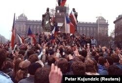 У п'ятий день протестів на площі Святого Вацлава в центрі Праги зібралося 200 тисяч демонстрантів. 21 листопада 1989 року