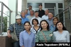 Группа поддержки подсудимых по делу «джихадистов» Алмата Жумагулова и Кенжебека Абишева у здания Жетысуского районного суда. Алматы, 28 августа 2018 года.