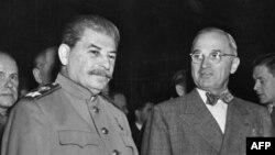 هری ترومن (راست) در کنار استالین در کنفرانس پوتسدام در اوت سال ۱۹۴۵