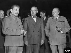 Слева направо: Сталин, Трумэн и Черчилль во время Потсдамской конференции 2 августа1945 г.