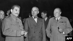 Sovet lideri Iossif Stalin, ABŞ prezidenti Harry S.Truman və Britaniyanın Baş naziri Winston Churchill, 1945