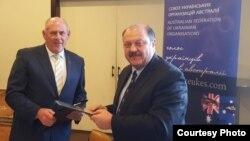 Посол України в Австралії Микола Кулініч (п) і голова Союзу українських організацій Австралії Стефан Романів