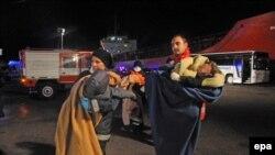 پناهجویان سوری که با کشتی باری به سواحل اروپا رسیدهاند