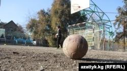 Бишкектеги мектептердин биринин спорт аянтчасы