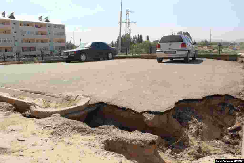 Kyrgyzstan -- Residents of newly built houses complaint on the quality of construction, Osh, 1August2012