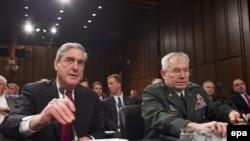 ژنرال رونالد بورجیس، (راست) در جلسهای در سنای آمریکا