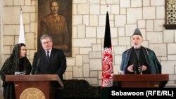 افغانستان: د پولینډ ولسمشربرونيسلاو کموروسکي له خپل افغان سیال سره په کابل کې ګډ خبري کنفرانس کوي