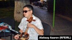 Несколько композиций Руслан Башаев во время уличного концерта исполнил на кобызе. Алматы, 4 августа 2018 года.