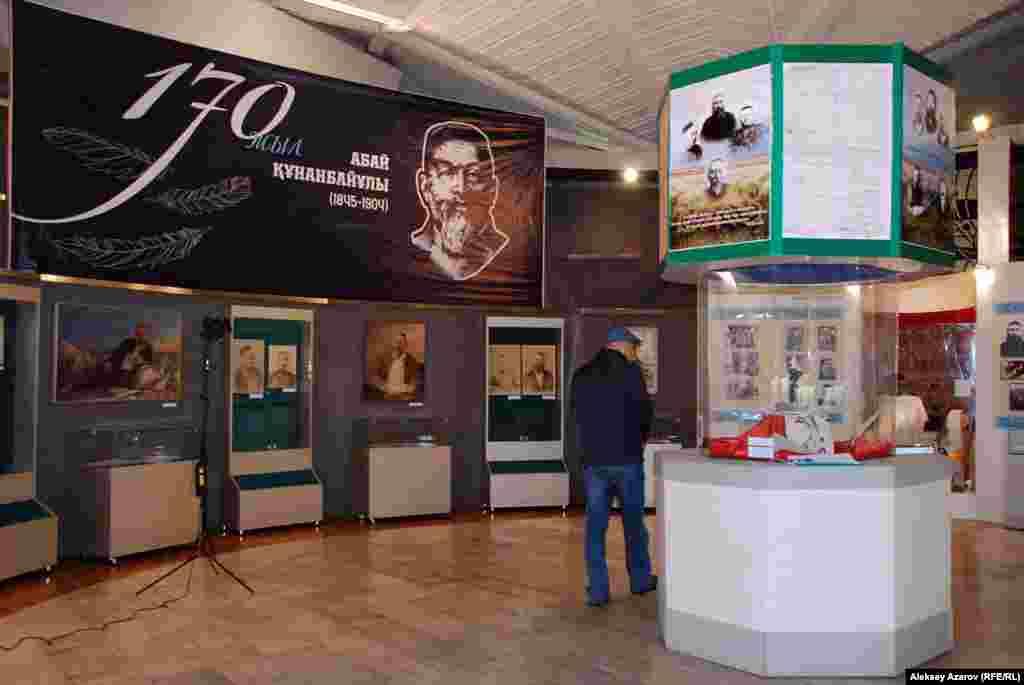 """На выставке """"Мир Абая"""" в Центральном государственном музее Казахстана представлены экспонаты из фонда этого музея и областного историко-краеведческого музея города Семей."""