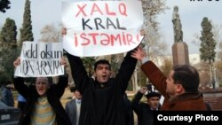 Konstitusiyaya dəyişikliyə etiraz olaraq Bakıda fəallar mitinq keçirirlər. 24 dekabr 2008