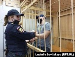 Артем Милушкин в клетке в зале суда