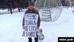 Активист Бекболат Утебаев во время одиночного пикета. Уральск, 7 января 2020 года.