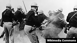 ABŞ - Alabama polisi Selmada keçirilən insan haqları uğrunda yürüşü dağıdır, 1965-ci il, 7 mart
