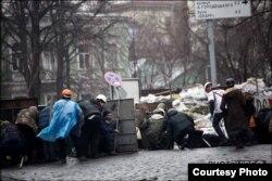 Раненого Василя Галамая пытаются отнести в безопасное место во время стрельбы по протестующим 20 февраля 2014 года
