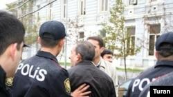 Polis jurnalistlərin növbəti piketinin qarşısını alıb