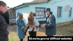 Рятувальники у Криму обходять двори, нагадуючи про профілактику пожеж