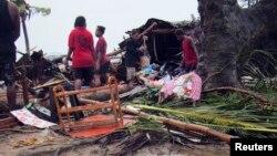 Жителі столиці Вануату Порт-Віла розбирають завали після стихії, 14 березня 2015 року