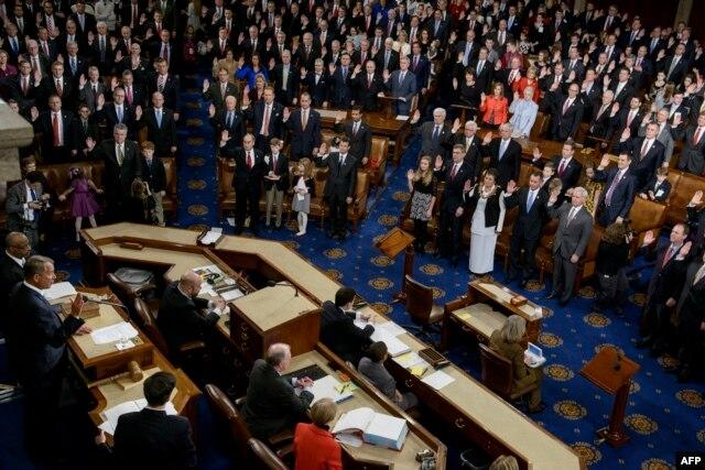 Спикер Палаты представителей Конгресса республиканец Джон Бейнер принимает присягу