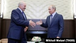 Президенты Беларуси и России - Александр Лукашенко (слева) и Владимир Путин в Сочи, 22 августа 2018 г.