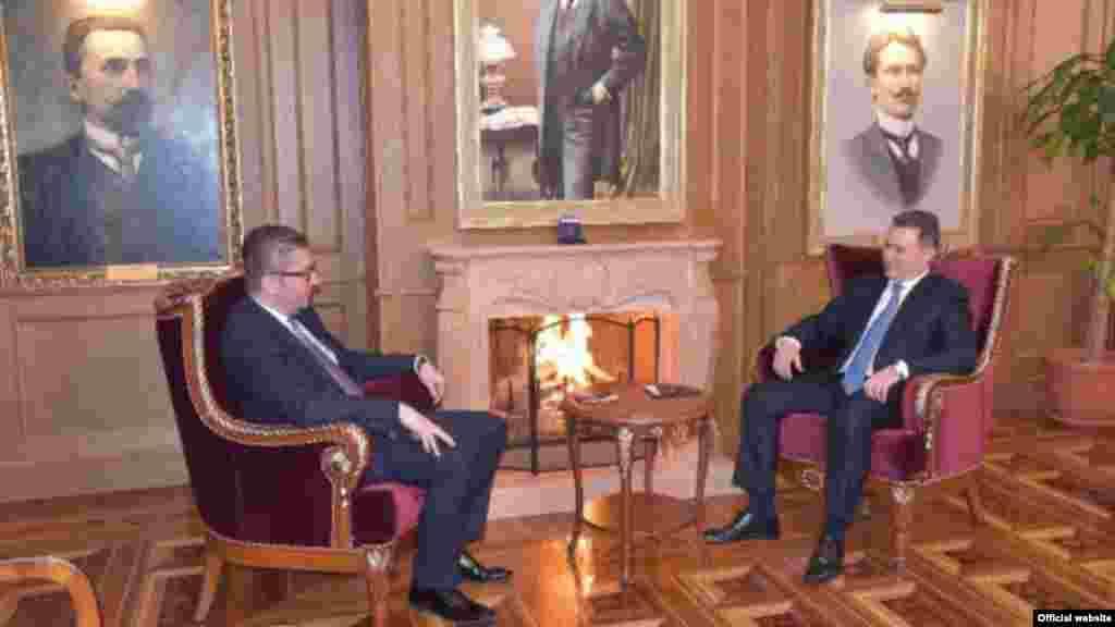 МАКЕДОНИЈА - Ниту знам кое е возилото, ниту знам кој е возачот на поранешниот премиер Никола Груевски во Будимпешта, рече претседателот на ВМРО-ДПМНЕ, Христијан Мицкоски, одговарајќи на новинарски прашања.