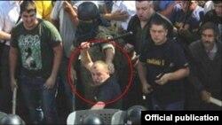 Фотографія з сайту МВС України, на якій позначено представника партії «Свобода» Юрія Сиротюка під час сутичок під будівлею Верховної Ради 31 серпня 2015 року