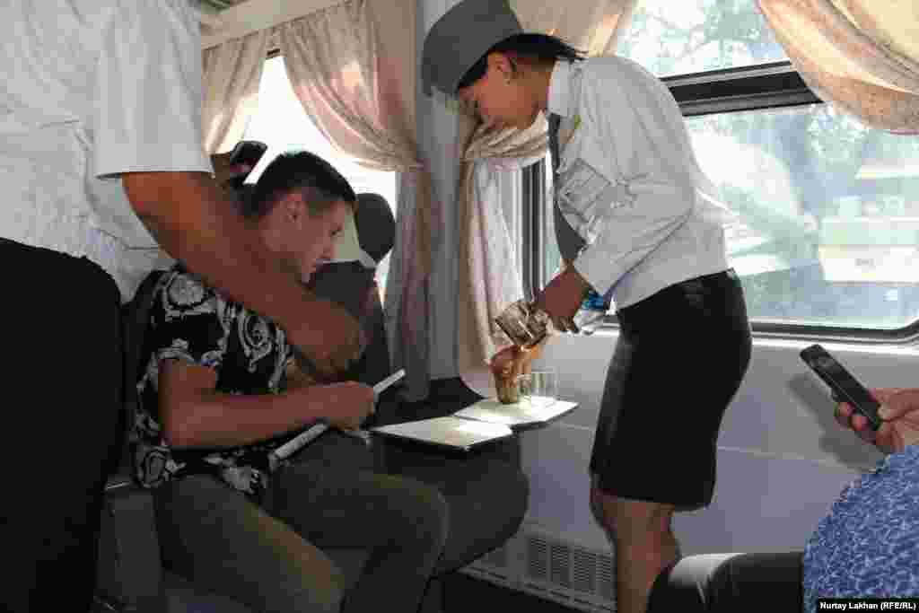 На первом за последние четверть века пригородном поезде из Казыбек-би в Алматы приехали 15 человек.