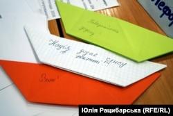 Кораблики від відвідувачів виставки «Повернення додому», Дніпро, 19 квітня 2019 року