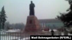 Огражденная площадь у памятника Абаю в Алматы. 15 февраля 2014 года.