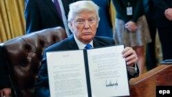 ԱՄՆ - Նախագահ Դոնալդ Թրամփը ցույց է տալիս իր ստորագրած փաստաթուղթը, Վաշինգտոն, 24-ը հունվարի, 2017թ․