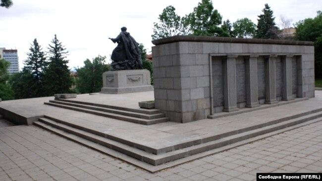 """Парк """"Черни връх"""" в София с част от мраморния релеф и бронзовата скулптурна група в гръб"""
