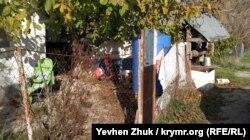 Плакат «Теперь мы в России» в одном из сельских дворов