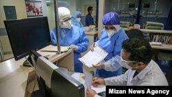 چند عضو کادر درمانی بیمارستان امام رضای قم