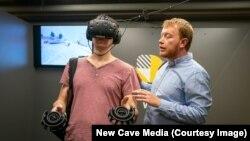 Відвідувач переглядає проект у VR-окулярах під час презентації
