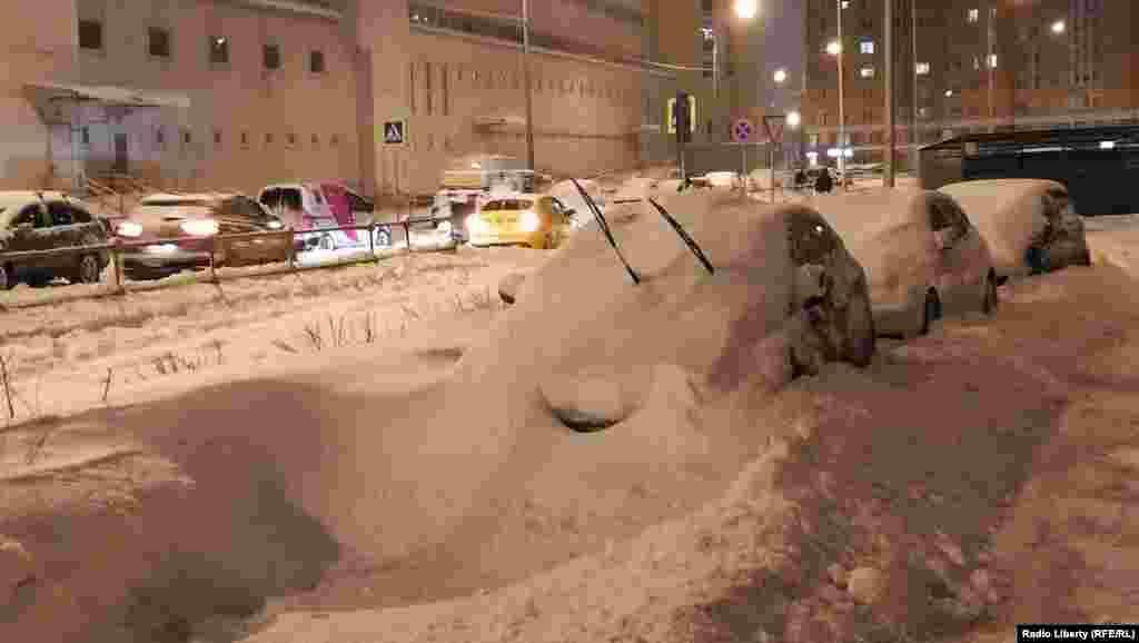 Улица в районе Царицыно после воскресного снегопада.