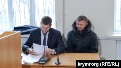 Игорь Кучерявый (справа) и его адвокат на суде в Херсоне