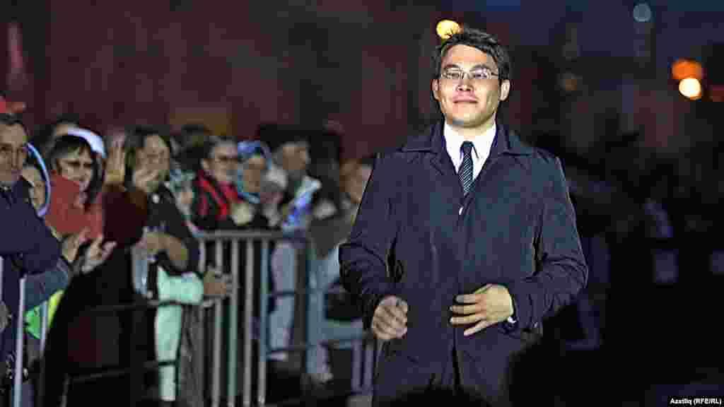Камал театры каршында яңа сезон ачу тантанасы. Театрның вакытлы директоры Илфир Якупов.