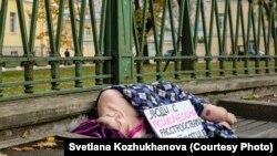 Анастасия Ларкина во время акции у Мариинской больницы. Фото: Светлана Кожуханова