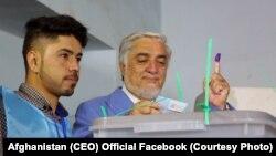 Абдулла Абдулла (праворуч) під час голосування, Кабул, 28 вересня 2019 року