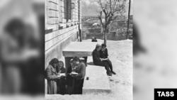 Ученики у входа в бомбоубежище под школой в Севастополе, апрель 1942 года