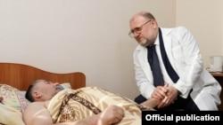 Джамбулат Умаров с одним из пострадавших в Магнитогорске