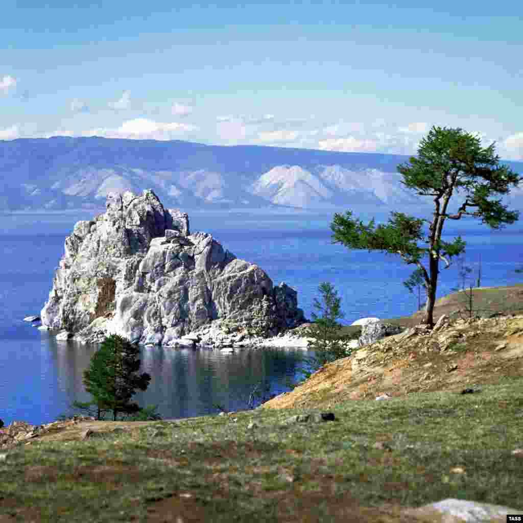 Пейзажі острова Ольхон. Фотографія була зроблена в 1979 році, коли на острів регулярними рейсами прилітали як туристи, так і робітники місцевого рибзаводу