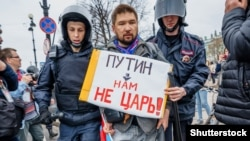 Полиция задерживает участника протестной акции, организованной штабом Алексея Навального, Санкт-Петербург, 5 мая 2018 года